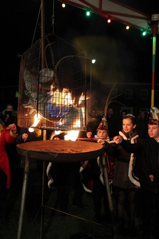 Abdicatie en Moes verbranden met vastelaovendj muziek Quiz